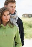 夫妇沙丘浪漫常设年轻人 免版税库存照片