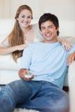 夫妇注意的电视的纵向 免版税库存图片