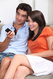 夫妇注意的电视 图库摄影