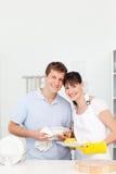 夫妇洗涤的盘一起 库存图片
