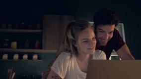 夫妇浏览互联网 股票录像