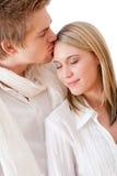 夫妇浪漫亲吻的爱 免版税库存照片