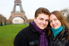 夫妇浪漫愉快的巴黎 库存图片