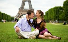 夫妇浪漫愉快的巴黎 免版税库存照片