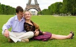 夫妇浪漫愉快的巴黎 免版税图库摄影