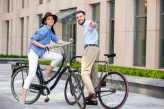 年轻夫妇浪漫日期在自行车的 免版税图库摄影