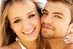 夫妇浪漫海边 免版税库存图片