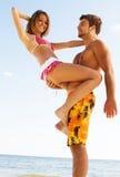 夫妇浪漫海边 免版税库存照片
