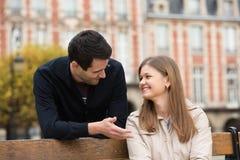 夫妇浪漫的巴黎 免版税图库摄影