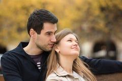 夫妇浪漫的巴黎 免版税库存照片
