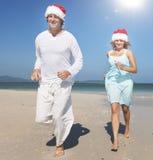夫妇海滩快乐的约会目的地乐趣概念 库存图片