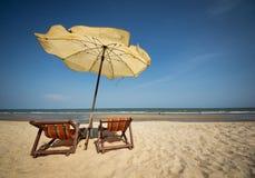 夫妇海滩睡椅 免版税库存照片