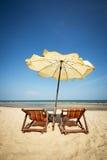 夫妇海滩睡椅 免版税库存图片