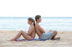 年轻夫妇海滩 库存图片