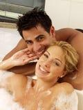 夫妇淋浴采取年轻人 免版税库存照片