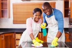 夫妇清洁厨房 免版税库存图片