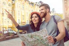 年轻夫妇游人城市步行一起假期 免版税库存图片