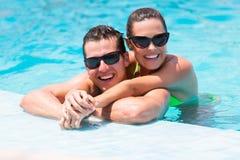 夫妇游泳池 库存照片