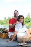 夫妇湖笑的垂直 免版税库存照片