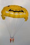 夫妇滑翔伞 免版税库存图片