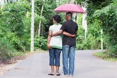 年轻夫妇漫步在乡下 免版税图库摄影