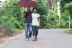 年轻夫妇漫步在乡下 库存照片