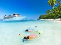 夫妇潜航的夏天海滩假期概念 免版税库存照片