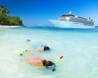 夫妇潜航的活动海洋巡航概念 免版税库存照片