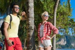 夫妇热带海滩棕榈树夏天海假期,美丽的青年人恋人,人妇女假日 免版税库存图片
