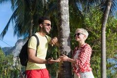 夫妇热带海滩棕榈树夏天海假期,美丽的青年人恋人,人妇女假日 免版税图库摄影