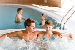 夫妇热池放松游泳木盆年轻人 免版税库存图片