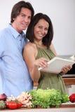 夫妇烹调 图库摄影