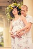 夫妇爱公园怀孕 免版税库存图片