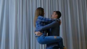 夫妇爱喜爱挥动的诱惑人妇女 股票录像