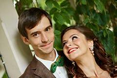年轻夫妇特写镜头画象在绿色公园 免版税库存图片