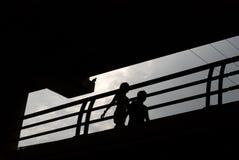 夫妇现出轮廓漫步 免版税库存照片