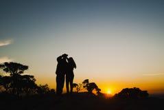 夫妇现出轮廓在日出在巴西 免版税库存照片