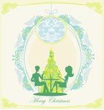 年轻夫妇由圣诞树挥动并且喝香槟近 库存图片