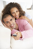 夫妇电视注意的年轻人 免版税库存图片
