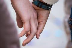 夫妇的两只举行的手Close/up  免版税图库摄影