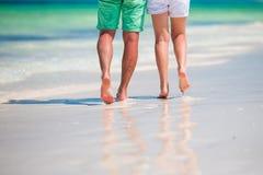 年轻夫妇的低部分在白色海滩的热带假期 库存照片