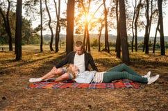 夫妇的幸福坐毯子 免版税库存照片