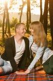 夫妇的幸福坐毯子 免版税库存图片