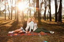 夫妇的幸福坐毯子 库存照片