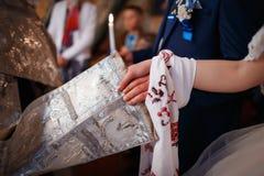 年轻夫妇的手在教会里 库存图片