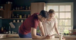年轻夫妇的早晨 股票视频