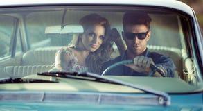 年轻夫妇的汽车potrait 图库摄影