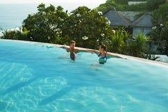夫妇的浪漫假期在爱 夏天水池的人们 免版税库存照片