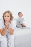 夫妇的联邦机关坐有的床的不同的边争执 免版税库存图片
