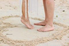 夫妇的脚在海滩的 免版税库存照片